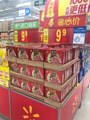 在狮城广场的一家大型超市里,记者看到不少月饼礼盒被摆在了超市很图片