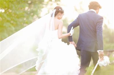 拍摄出的婚纱照唯美,清新,还可以借助阳光,烟雾制造出梦幻的效果.