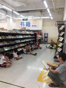 记者在我市走访发现,因为高温又逢暑假,大型超市阅读区内学生人群增加